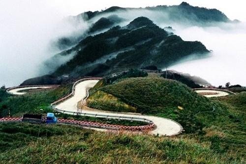 Đèo Thung Khe chìm trong mây và sương mù