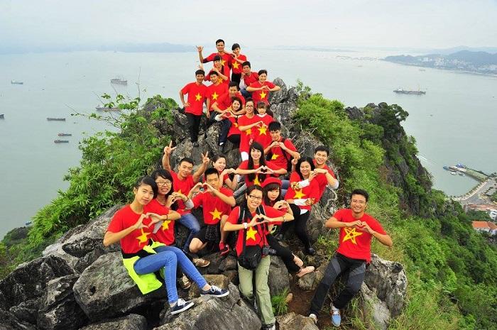 Núi Bài Thơ là địa điểm du lịch hấp dẫn cho nhiều bạn trẻ