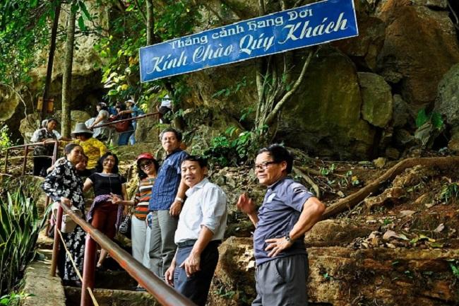 Lối lên khu di tích hang dơi