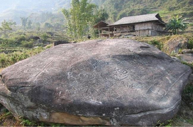 Trên cả tảng đá to dầy kín những đường vẽ kỳ lạ